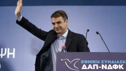 Ο πρόεδρος της Νέας Δημοκρατίας, Κυριάκος Μητσοτάκης χαιρετάει μετά την ομιλία του στην εθνική συνδιάσκεψη της Δημοκρατικής Ανανεωτικής Πρωτοπορίας (Αθήνα) και της Νέας Δημοκρατικής Φοιτητικής Κίνησης (Θεσσαλονίκη), στο Εκθεσιακό Κέντρο Περιστερίου, Αθήνα, Κυριακή 18 Μαρτίου 2018. ΑΠΕ-ΜΠΕ, ΣΥΜΕΛΑ ΠΑΝΤΖΑΡΤΖΗ