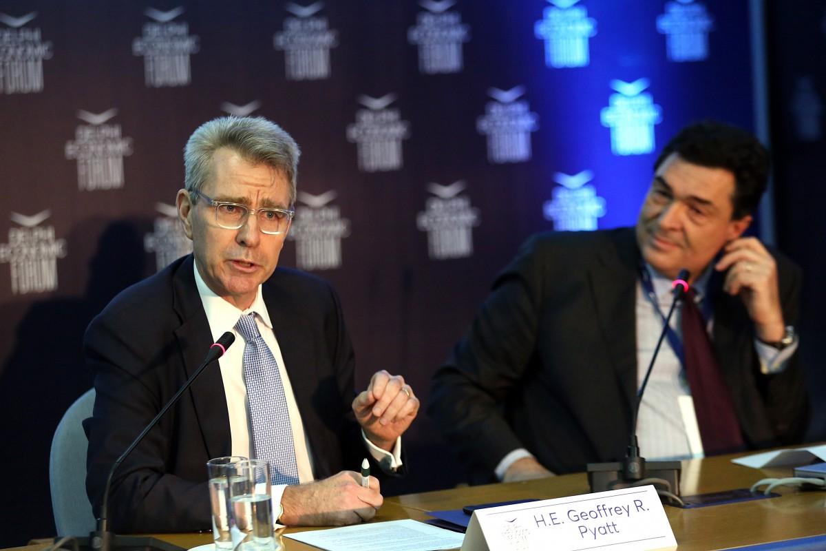Ο πρέσβης των ΗΠΑ Goeffrey Pyatt (Α) με τον δημοσιογραφο Αλέξη Παπαχελά στο Οικονομικό Φόρουμ Δελφών που γίνεται στο Ευρωπαικό Πολιτιστικό Κέντρο Δελφών, Παρασκευή 2 Μαρτίου 2018. ΑΠΕ-ΜΠΕ, ΟΡΕΣΤΗΣ ΠΑΝΑΓΙΩΤΟΥ