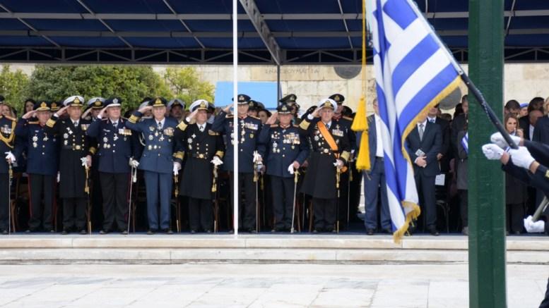 """Στιγμιότυπο από την παρέλαση της 25 Μαρτίου με την στρατιωτική ηγεσία να χαιρετά την σημαία. Στη πρεσβεία στην Ρώμη 60 φιλέλληνες θα παραστοιύν στην δεξίωση στο πλαίσιο της πρωτοβουλίας """"Τιμούμε την Ελλάδα"""".  ΑΠΕ-ΜΠΕ,  ΓΡΑΦΕΙΟ ΤΥΠΟΥ ΥΠΕΘΑ,  STR"""