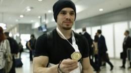 Ο οκτώ φορές χρυσός πρωταθλητής Λευτέρης Πετρούνιας φωτογραφίζεται με το μετάλλιο που κέρδισε στο Παγκόσμιο Κύπελλο ενόργανης γυμναστικής στο Μπακού του Αζερμπαϊτζάν .ΑΠΕ-ΜΠΕ, ΓΙΑΝΝΗΣ ΚΟΛΕΣΙΔΗΣ