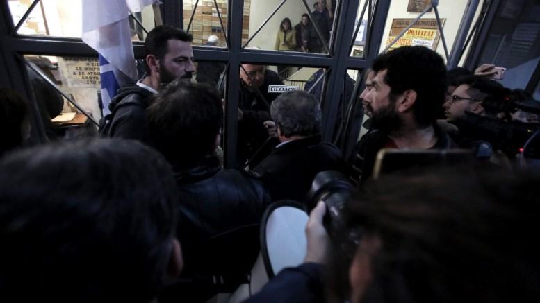 Μέλη του ΠΑΜΕ πραγματοποιούν συγκέντρωση διαμαρτυρίας κατά των πλειστηριασμών έξω από κτίριο που στεγάζει συμβολαιογραφείο στην οδό Σταδίου, Αθήνα, Τετάρτη 07 Μαρτίου 2018. ΑΠΕ-ΜΠΕ, ΣΥΜΕΛΑ ΠΑΝΤΖΑΡΤΖΗ
