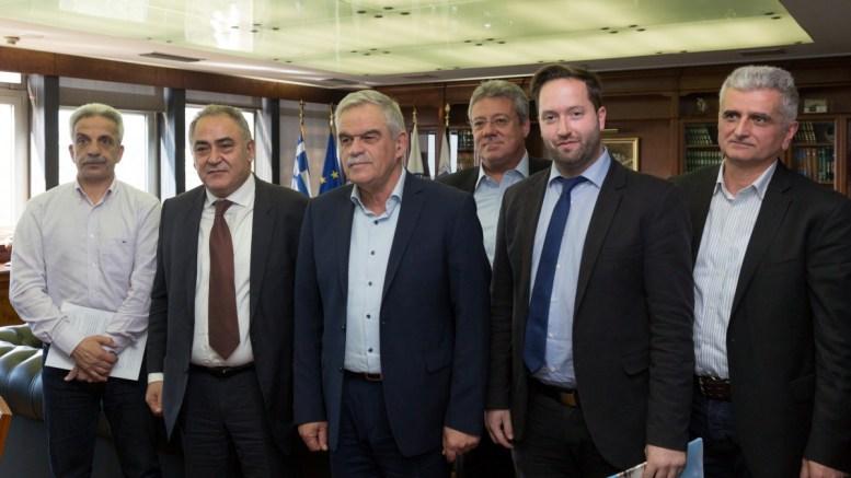 Ο αναπληρωτής υπουργός Προστασίας του Πολίτη Νίκος Τόσκας (Κ) συναντήθηκε σήμερα, Τρίτη 13 Μαρτίου 2018, με αντιπροσωπεία του Επαγγελματικού Επιμελητηρίου Αθηνών. Κατά τη συνάντηση, που έγινε σε κλίμα αλληλοκατανόησης, έγινε εκτενής αναφορά στο νέο μοντέλο πεζής αστυνόμευσης, η εφαρμογή του οποίου ξεκίνησε πριν από λίγες ημέρες στο κέντρο της Αθήνας. Μοντέλο, που ήδη έχει θετικά αποτελέσματα και όλοι αναγνώρισαν ότι κινείται προς τη σωστή κατεύθυνση. ΑΠΕ ΜΠΕ,ΠΡΟΣΤΑΣΙΑΣ ΤΟΥ ΠΟΛΙΤΗ,STR