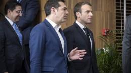 File Photo: Ο πρωθυπουργός Αλέξης Τσίπρας (Α) συνομιλεί με τον Γάλλο Πρόεδρο Εμανουέλ Μακρόν (Δ). ΑΠΕ-ΜΠΕ, ΓΡΑΦΕΙΟ ΤΥΠΟΥ ΠΡΩΘΥΠΟΥΡΓΟΥ, Andrea Bonetti