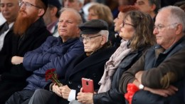 """Ο 93χρονος Μοσέ Αελιόν, ένας από τους επιζήσαντες των στρατοπέδων συγκέντρωσης, συμμετέχει σε εκδήλωση στον παλαιό Σιδηροδρομικό Σταθμό Θεσσαλονίκης, όπου κατέληξε η πορεία μνήμης υπό τον τίτλο """"Ποτέ Ξανά. 75 χρόνια από την αναχώρηση του πρώτου συρμού για το στρατόπεδο Άουσβιτς Μπίρκεναου"""", για τους 50.000 Εβραίους, θύματα του Ολοκαυτώματος, στο κέντρο της Θεσσαλονίκης, Κυριακή 18 Μαρτίου 2018. Η πορεία ξεκίνησε από το Μνημείο του Ολοκαυτώματος. ΑΠΕ-ΜΠΕ, PIXEL/ STR"""