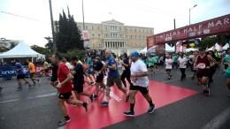 Δρομείς συμμετέχουν στον 7ο Ημιμαραθώνιο Αθηνών, κατά την εκκίνησή του από την Πλατεία Συντάγματος, μπροστά από το κτίριο της Βουλής, στο κέντρο της Αθήνας, Κυριακή 18 Μαρτίου 2018. Ο Ημιμαραθώνιος Αθήνας είναι μία ετήσια συνδιοργάνωση του ΣΕΓΑΣ και του Δήμου Αθήνας και διεξάγεται την 3η Κυριακή του Μαρτίου. Όλοι οι αγώνες δρόμου του Ημιμαραθωνίου Αθήνας έχουν εκκίνηση και τερματισμό την Πλατεία Συντάγματος. ΑΠΕ-ΜΠΕ/ ΑΠΕ-ΜΠΕ/ ΓΕΩΡΓΙΑ ΠΑΝΑΓΟΠΟΥΛΟΥ