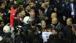 FILE PHOTO: Αστυνομικοί προσπαθούν να κατευνάσουν τα πνεύματα μετά την ένταση που δημιουργήθηκε λόγω ακύρωσης γκολ παίκτη του ΠΑΟΚ κατά τη διάρκεια του αγώνα ποδοσφαίρου ΠΑΟΚ - ΑΕΚ, για την 25η αγωνιστική του πρωταθλήματος Super League, που διεξήχθη στο γήπεδο Τούμπας, Θεσσαλονίκη, Κυριακή 11 Μαρτίου 2018. ΑΠΕ-ΜΠΕ. PIXEL. STR