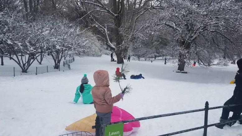 Παιδιά παίζουν με το χιόνι στο Central Park, στην Νέα Υόρκη, Τετάρτη 21 Μαρτίου 2018 . Φωτογραφία HellasJournal By Mignatiou.com