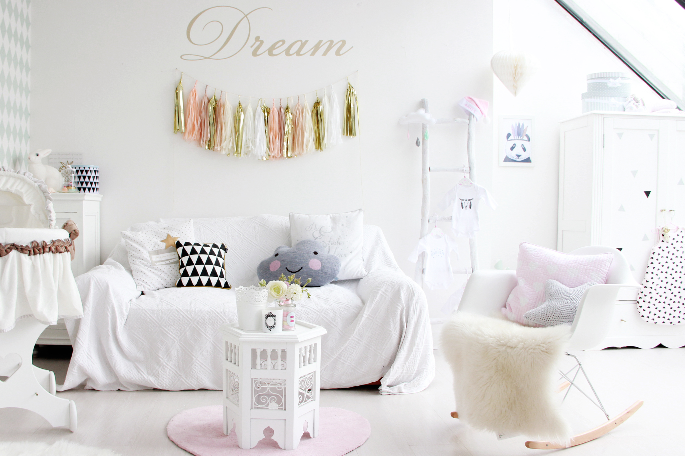 Idee deco chambre bebe fille with scandinave chambre de for Chambre cocktail scandinave
