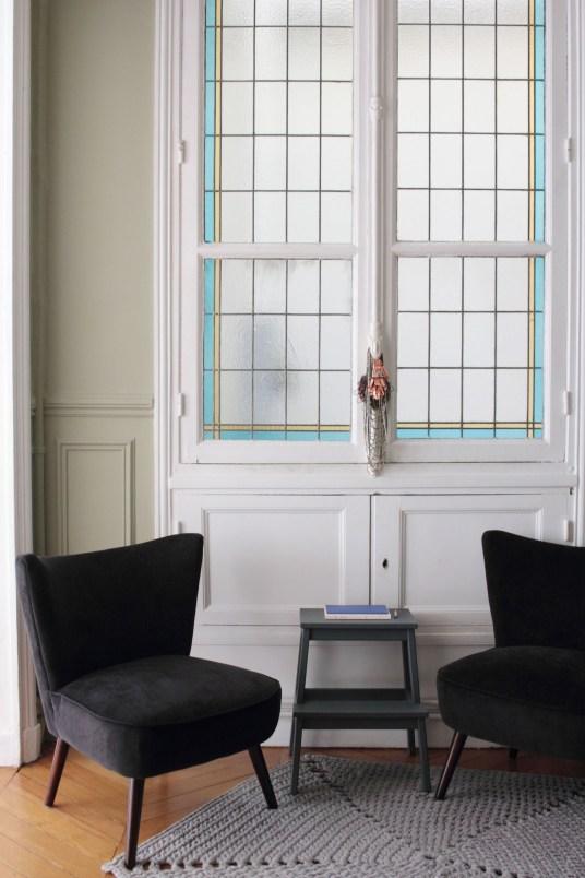 l 39 interieur parisien chic et cr atif de la blogueuse vanessa pouzet. Black Bedroom Furniture Sets. Home Design Ideas