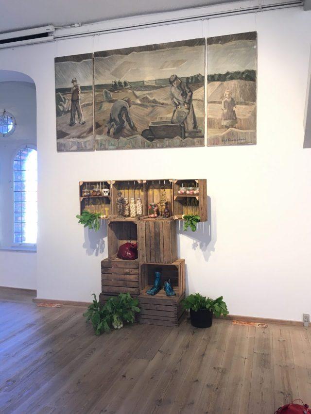 Det Jordiske Ritual af Henrik Bruun og maleriet Markarbejdere af Erik Christensen