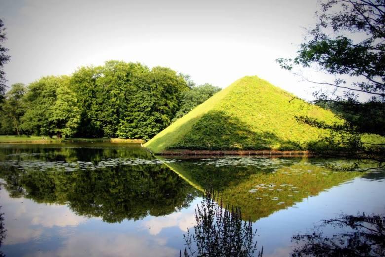Grab-Pyramide_Tumulus_im_Park-Branitz