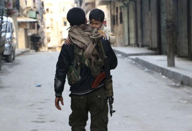 Курдский ополченец со своим сыном