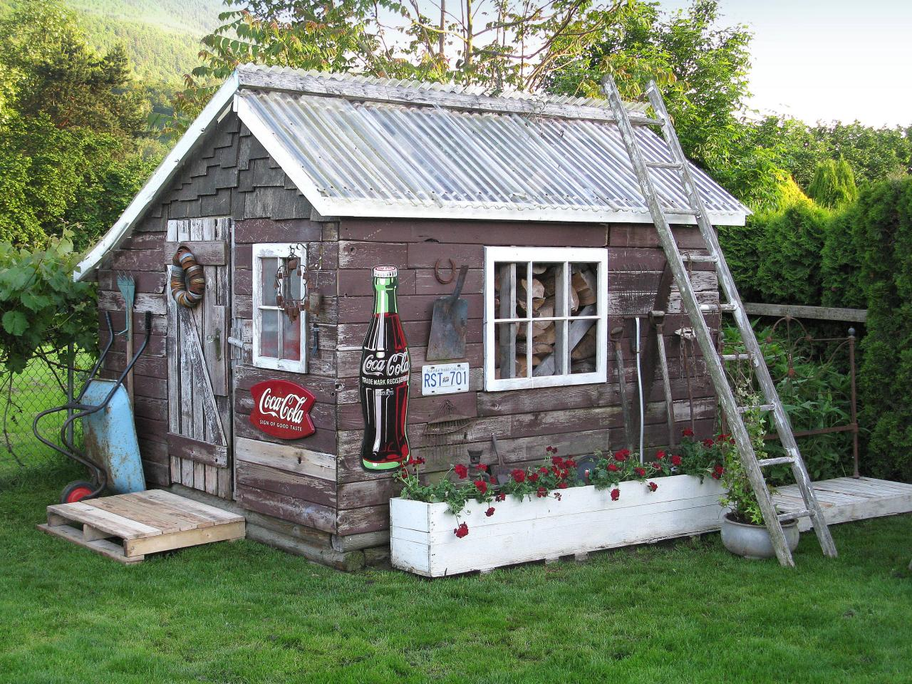 Kleingarten Einrichten Backyard Shed With Vintage Charm Hgtv