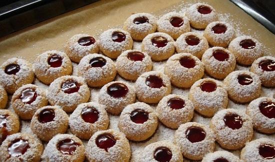 粉砂糖でクッキーを飾り付け