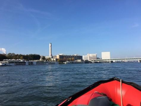 Blick Rhein abwärts, im Hintergrund die doppelstöckige Autobahnbrücke, der Kamin der Kehrichtverbrennung und die markanten Gebäude von Lara.