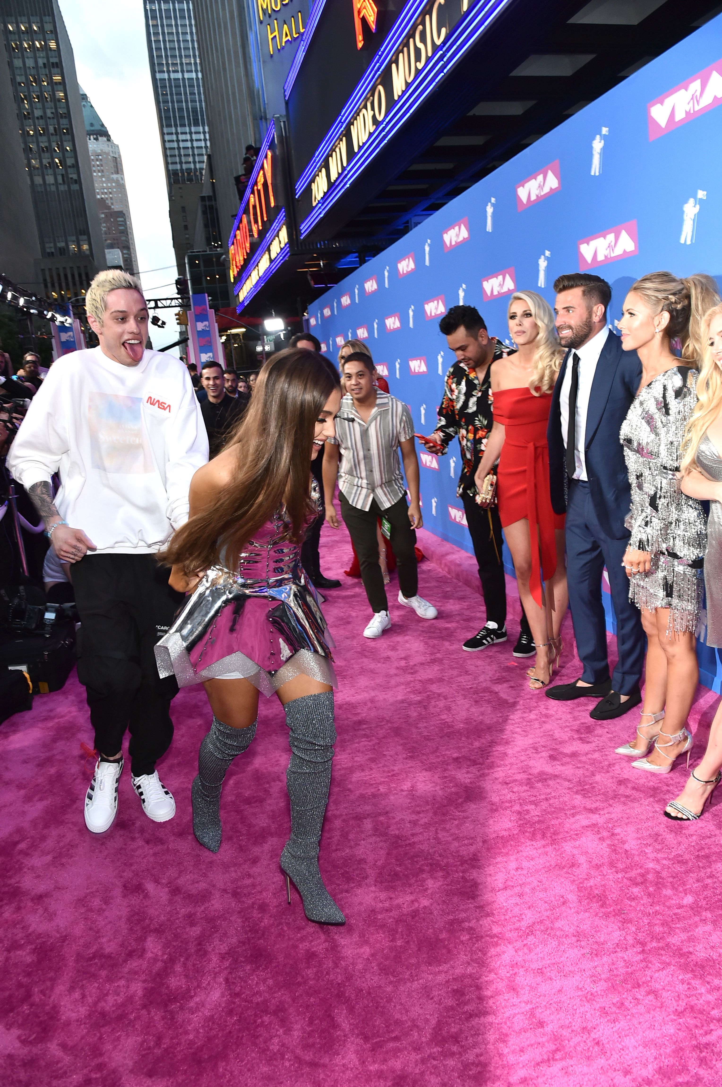 Tappeto Rosso Grande Ariana Grande And Pete Davidson Ran Across The Vmas Red Carpet And