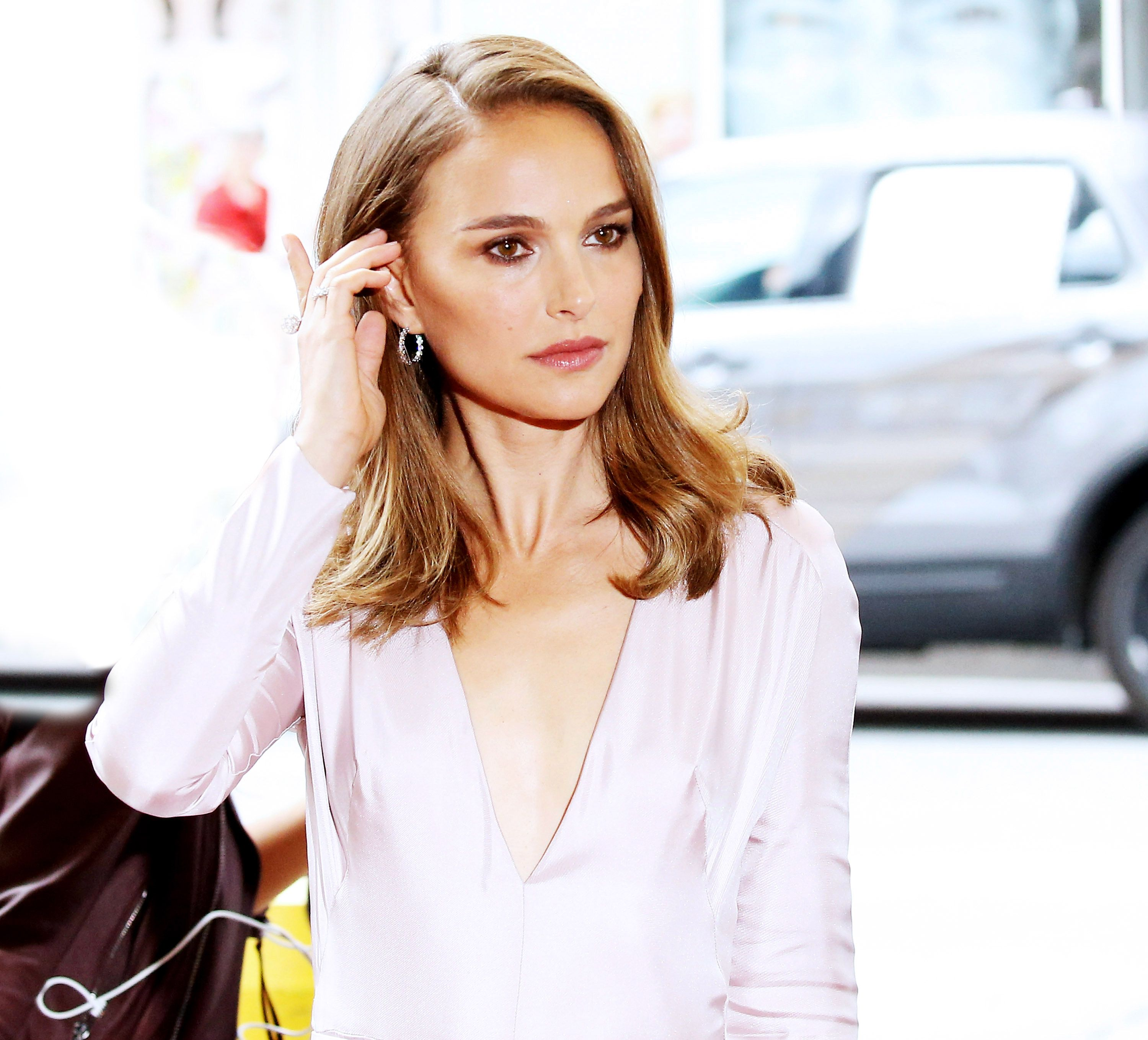 Red Carpet Makeup Revolution Natalie Portman Face Of Miss Dior On The Power Of Fragrance