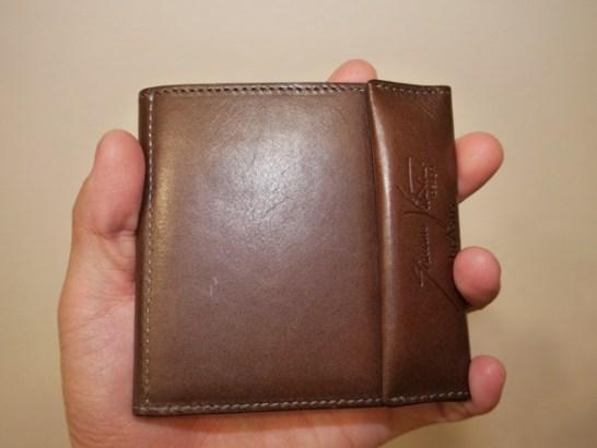 ケツポケットに入れても邪魔にならないabrAsusの薄い財布は本革製でオシャレ