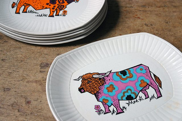 Detail from vintage Beafeater steak plate by English Ironstone Pottery | H is for Home
