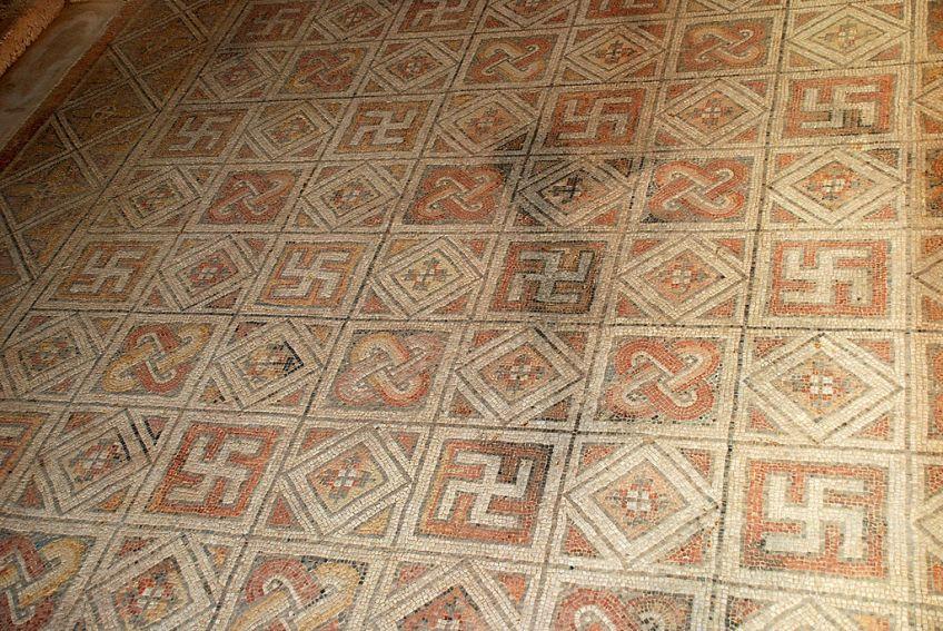 Romeins mozaïek in Spanje met swastikas