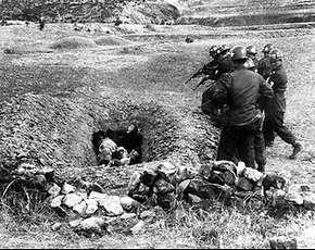 Het Zuid-Koreaanse leger schiet in april 1951 politieke gevangen dood. Foto gemaakt door het Amerikaanse leger. (Foto: Washington Post)