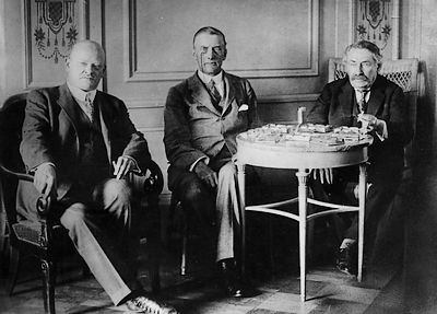 Gustav Stresemann, Austen Chamberlain en Aristide Briand tijdens de onderhandelingen voorafgaand aan de ondertekening van het Verdrag van Locarno