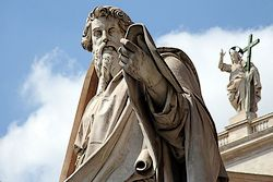 Beeld van Paulus op het Sint-Pietersplein
