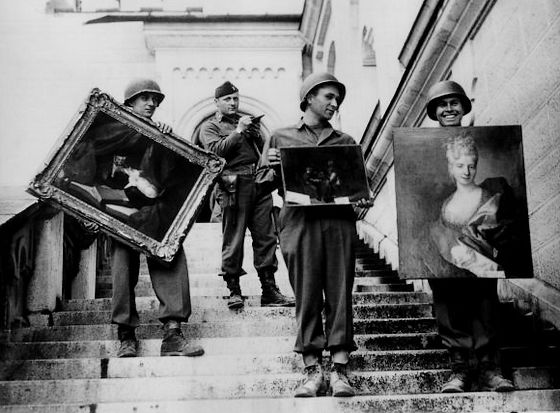 Monumentenofficier James Rorimer bij slot Neuschwanstein, een opslagplaats van de nazi's voor geroofde kunst – Bron: U.S. National Archives