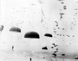 Geallieerde parachutisten landen in Nederland tijdens Operatie Market Garden
