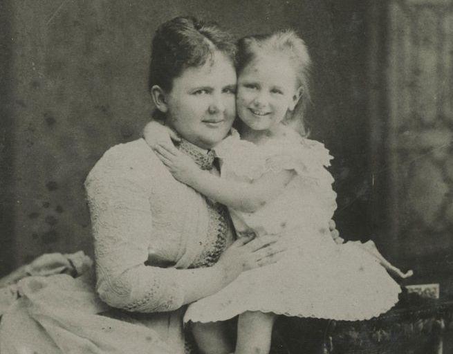 Koningin-regentes Emma en Prinses Wilhelmina . Foto gemaakt in 1884 (Haags Gemeentearchief)