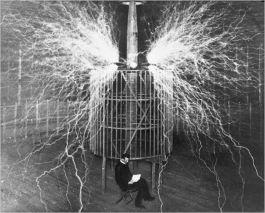 Nikola Tesla leest een boek in zijn laboratorium