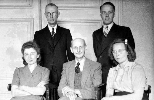 Otto Frank en de helpers op kantoor, kort na de oorlog in 1945 (Anne Frank Huis)