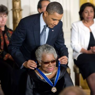 President Obama reikt Maya Angelou de 'Presidential Medal of Freedom' uit (White  House)