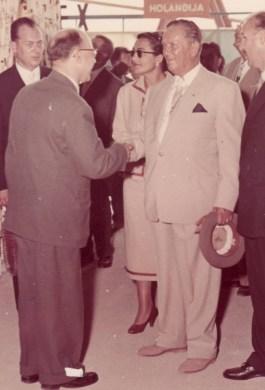 Handenschudden met maarschalk Tito, september 1957