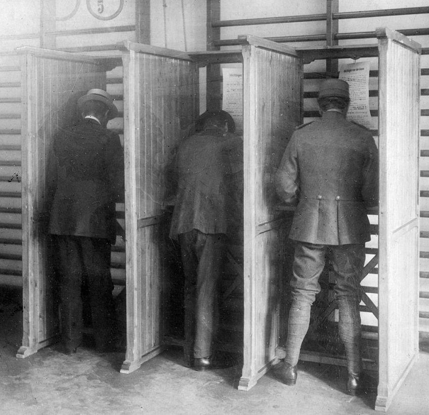 Stemmen tijdens de Nederlandse verkiezingen van 1918 (Cornelis Johan Hofker)