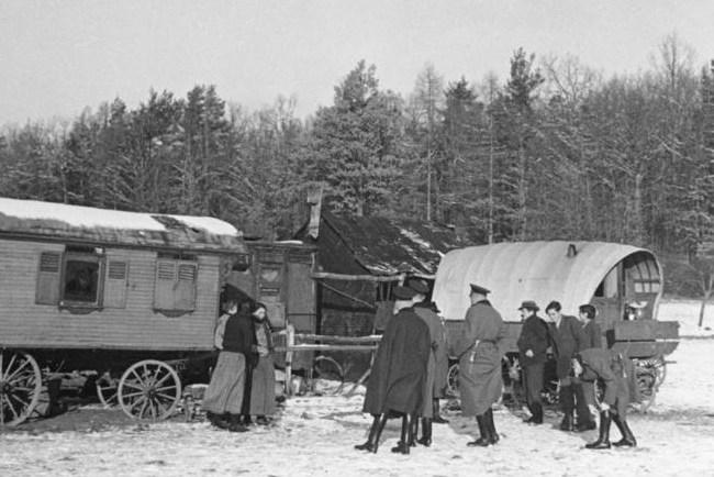 Razzia in woonwagenkamp, 1937. Bundesarchiv