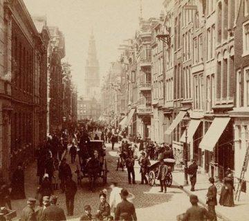 De Jodenbreestraat in 1884 vanaf de Portugese synagoge. Uiterst links het Anatomisch Laboratorium, in het midden de achterkant van de Mozes en Aäronkerk