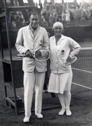 Kea Bouman op het Franse Open van 1927 met de Amerikaanse tennisser Bill Tilden, de verliezend finalist in het heren enkelspel