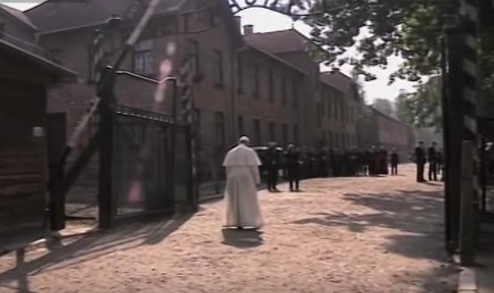 Paus Franciscus brengt stil bezoek aan Auschwitz