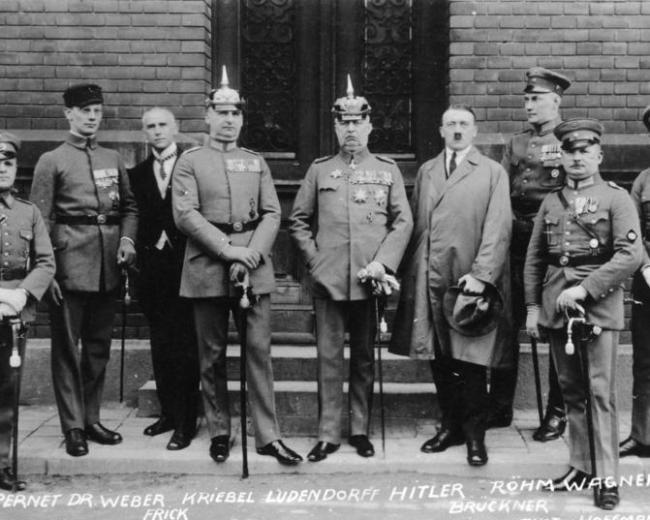 Hitler en zijn sympathisanten voor de rechtszaal, februari 1924. Bron: Bundesarchiv Bild 102-00344A