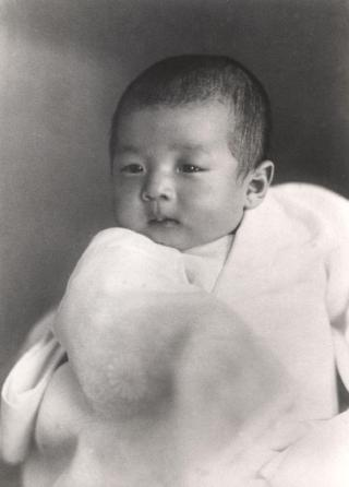 Eerste foto van kroonprins Akihito, 3 maanden oud (1934)