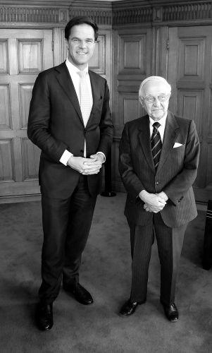 Piet de Jong op bezoek bij Mark Rutte in het Torentje (2011) - cc