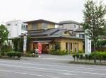 県道沿いの「北綱島小入口」交差点近くにある源吉兆庵の綱島店