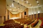 長津田駅北口に2013年10月にオープンした緑区の「みどりアートパーク」のホールは多目的型で334席あり、新綱島でもこの規模感を基本に整備される模様だ(緑区民文化センターホームページより)