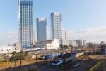鹿島田側は2駅が使える利便性の高さがあるものの、土地がそれほどないため、ビルが高層化している。手前は新鶴見操車場の名残を残す信号所