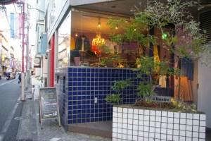 日吉駅から徒歩4分、日吉中央通り沿いにインポートセレクトショップ&ファッション「A Quatre~ア・キャトル」がある