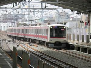 祐天寺駅の上下線の真ん中に追い越し専用の線路が設けることで、朝の通勤特急・急行のスピードアップを図る