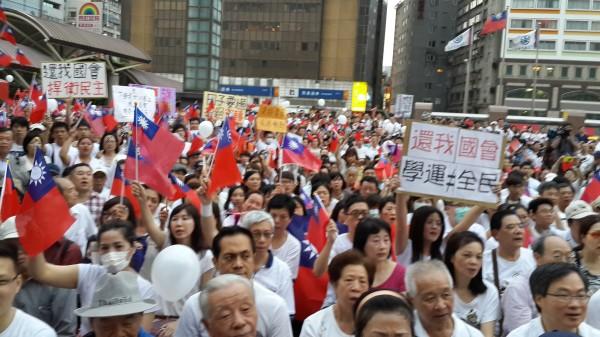 反服貿協議:反反服貿 白色正義聯盟臺北火車站發聲 - 東網即時