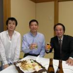 〔左起〕林潤疇助教,梁伯偉師父和今西師範攝於歡迎晚宴上。