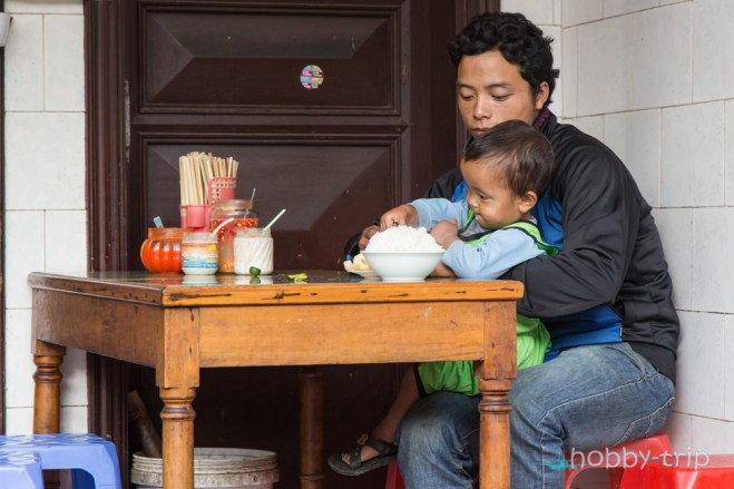 Мъж и дете закусват - САПА
